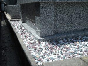 五色玉砂利。墓石の周りには五色の玉砂利を敷き詰めます。