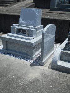 お墓完成。人気の白御影石G688中目を使用した洋型の墓石が完成しました。