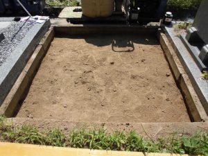 根堀工。通路面から約30センチ程掘り下げます。