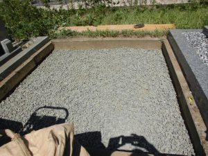 転圧工。根掘りの上に砕石を敷き詰めて、ランマー等でしっかりと転圧します。