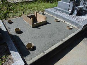 鉄筋を組んだ上からコンクリートを流し込みます。コンクリートを均して固まったら基礎工事の完成です。