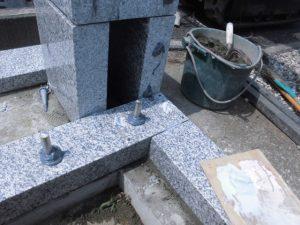 ステンレス金具。ステンレス金具を使用して石材同士しっかりと固定します。