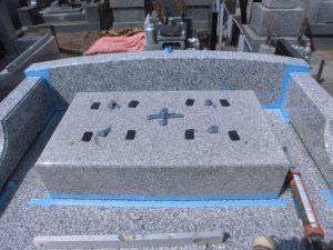地震対策として石材の重なる部分には免震シートを使用しています。大切なお墓を地震からお守りします。