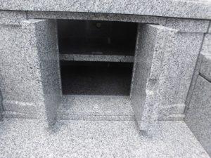 納骨室。両開き扉の納骨室内は二段構えでお作りしています。