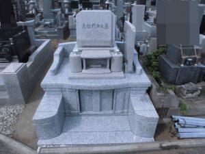 お墓完成。地上型納骨室タイプのお墓が完成しました。石塔部分には人気のピンク御影石G488を使用しています。大きな門柱はベンチとしてもお使いいただけます。