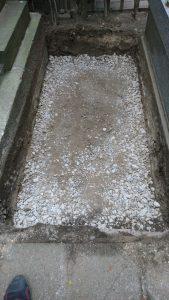 転圧工。根掘した上から砕石を敷き詰めてランマーでしっかりと踏み固めます。