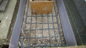配筋工。コンクリートのヒビ割れを防ぐ為、約20センチ間隔で鉄筋を組んでいきます。