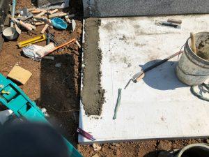 石材据え付け。水平を取りながらモルタルと石材用ボンドを使用して施工していきます。
