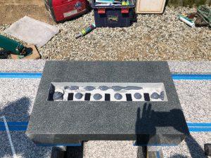 免震シート。石材の重なる部分には免震シートを使用して大切なお墓を地震からお守りします。