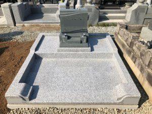 お墓完成。ラグナという優しい波のデザインになります。お参り部分が広いのも特長です。