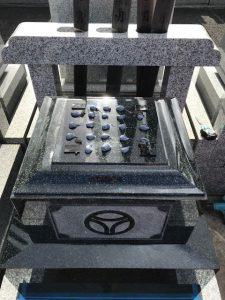 免震シート。地震対策として石材の重なる部分には免震シートを使用します。