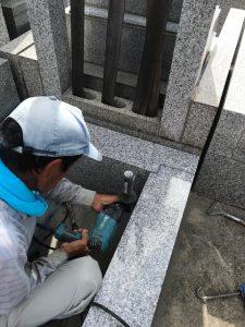 L字金具。石材の隅々にはサビに強いステンレス金具を使用して石材同士しっかりと固定します。