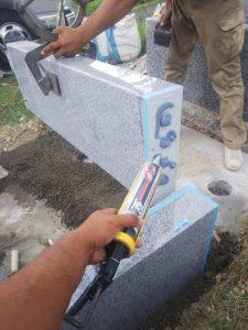石材用ボンドとモルタルを使用して石材を据え付けていきます。人力で持ち上がらない石材はクレーンを使用して据え付けます。