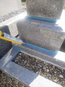 石材の隙間にシーリング剤を充填します