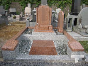 天山紅を使用した存在感のあるお墓が完成しました。赤系の御影石で上品な薄めの色調が特徴的です。