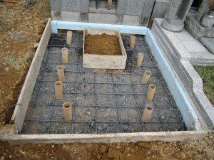 転圧工の後に配筋工を行います。コンクリートのひび割れを防ぐため約20センチ間隔で鉄筋を組んでいきます。