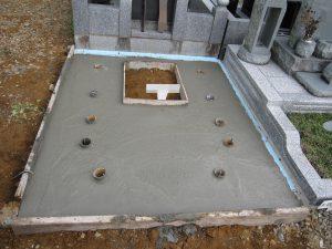 最後に打設工を行います。型枠にコンクリートを流し込み一定の養生期間をおきます。基礎が固まったら型枠を外して基礎工事の完成です。