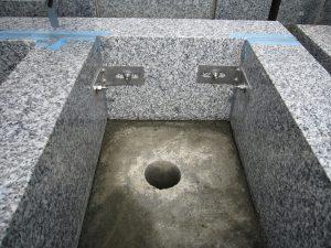 石材の隅々にはサビに強いステンレス金具を使用してしっかりと固定します。