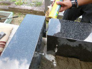 まずは外柵から。石材の隅々にはサビに強いステンレス金具を使用して石材同士しっかりと固定します。