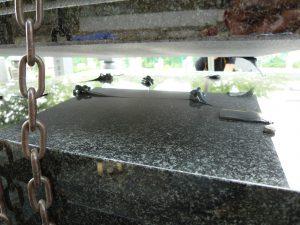 石材の重なる部分には免震シートを使用します。大切なお墓を地震からお守り致します。