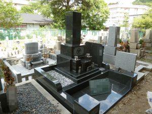 """人気の和型のお墓が完成しました。石種はM10を使用しています。一見黒御影石に見えますが、実は黒色と白色、薄緑色の模様が入った濃いめのグレー色です。"""""""""""