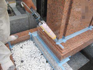 石材の隙間を塞ぐため、マスキングテープで養生してからシーリングを行います。