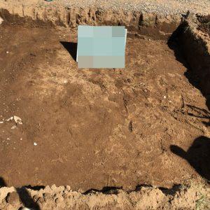 根掘工。通路面から約30センチ程掘り下げます。