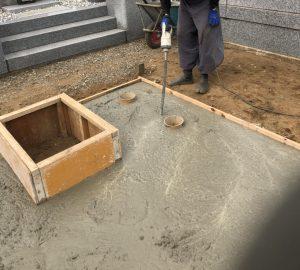 打設工。型枠にコンクリートを流し込みます。バイブレーターを使用してコンクリートを締め固めます。