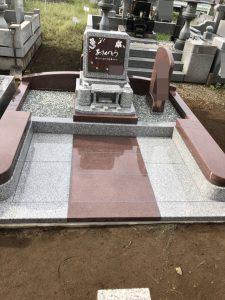 マホガニーとG688中目の2種類の石種を使用したお墓の完成です。石塔部分にはこだわりの彫刻を施し、オリジナルのお墓が完成しました。
