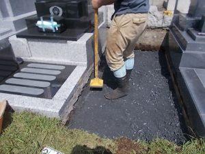 次に転圧工を行います。根掘工の後砕石を敷き詰めてしっかりと転圧して行きます。