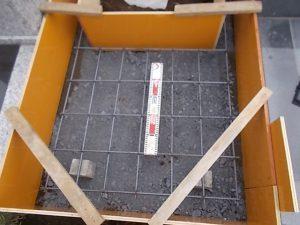 配筋工を行います。コンクリートのひび割れを防ぐため約20センチ間隔で鉄筋を組んでいきます。