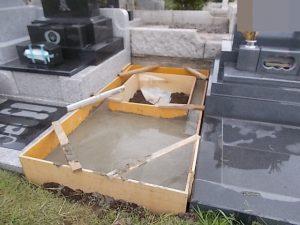 最後にコンクリート打設工を行います。型枠にコンクリートを流し込み養生期間をおいて、型枠を外して基礎工事の完成です。