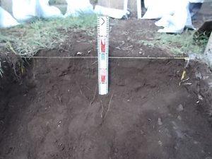根掘工。まずは通路面から約30センチ程掘り下げます。