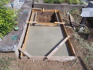 打設工。型枠にコンクリートを流し込みます。一定の養生期間をおいて型枠を外して基礎工事の完成です。