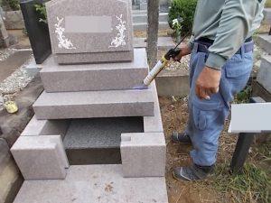 石材の隙間を塞ぐためシーリング加工を行います。