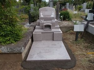 女性に人気のピンク御影石G663を使用した洋型の墓石が完成しました。
