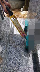 石材の隙間を塞ぐ為シーリング加工を行います。