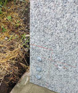 まずは外柵から。石材用ボンドとモルタルを使用して石材を据え付けていきます