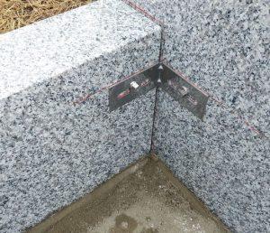 石材の隅々にはステンレス金具を使用して石材同士しっかりと固定します。