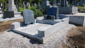 本日もまごころ職人が丁寧に施工したお墓が完成しました。お参り部分が広いのが特徴的なお墓となっています。