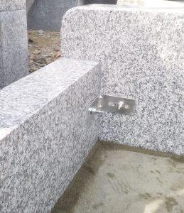 まずは外柵から。石材の隅々にサビに強いステンレス金具を使用して石材同士しっかりと固定します。