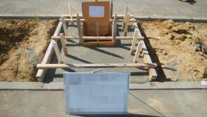 最後にコンクリート打設工を行います。型枠にコンクリートを流し込み、一定の養生期間をおいて型枠を外して基礎工事の完成です。