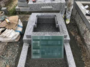 免震シート。石材の重なる部分には免震シートを使用して地震からお墓をお守りします。