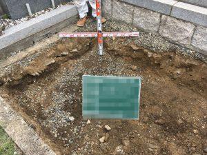 まずは根掘工を行います。通路面から約30センチ程掘り下げます。