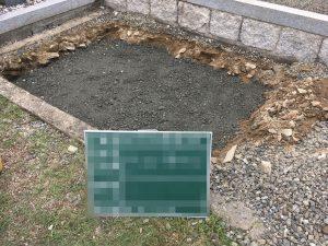 根掘工のあとは砕石を敷き詰めてランマーなどでしっかりと踏み固めます。