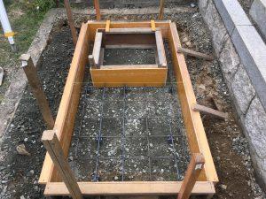 転圧工のあとに配筋工を行います。コンクリートのひび割れを防ぐため約20センチ間隔で鉄筋を組んでいきます。