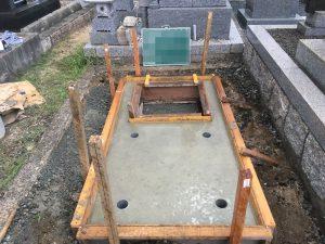 打設工。型枠にコンクリートを流し込んで一定の養生期間をおきます。基礎が固まって型枠を外して基礎工事の完成です。