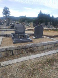 グレー御影石を使用した洋型のお墓が無事完成しました。基礎工事から石積工事までまごころ職人が丁寧に施工しました。