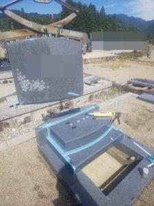 石材の重なる分には免震シートを使用します。大切なお墓を地震からお守りします。