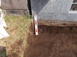 まずは根掘工から行います。参道から約30センチ程掘り下げます。